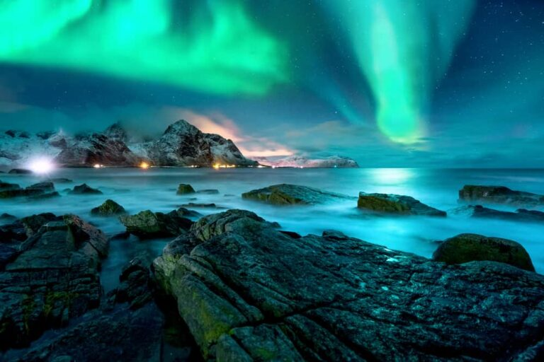 Aurora-borealis-above-snowy-islands